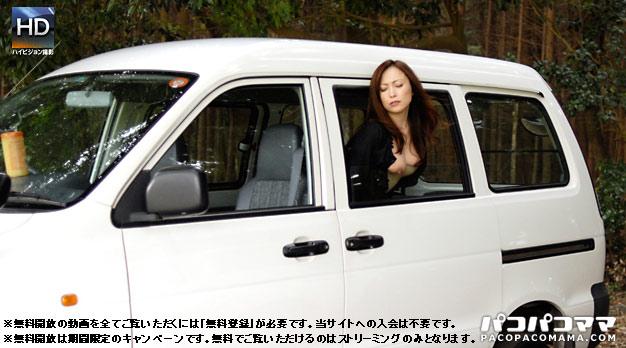 露出不倫妻 〜車窓から巨乳をポロリ〜