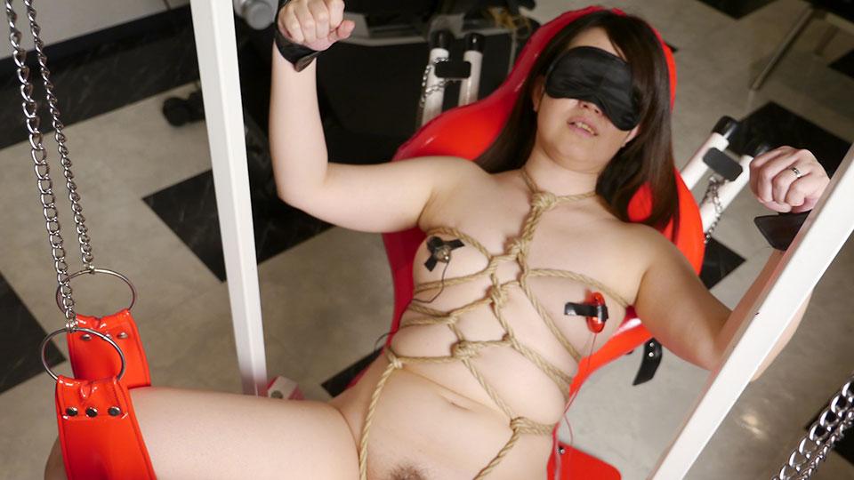 Maiko Nagaoka caresse de retenue